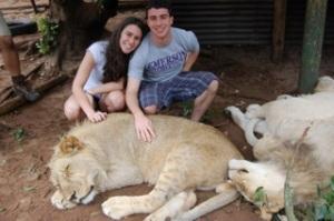 Lucas, a irmã e os leões. África do Sul.